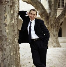 jeff koons leaning on tree portrait by norbert schoerner
